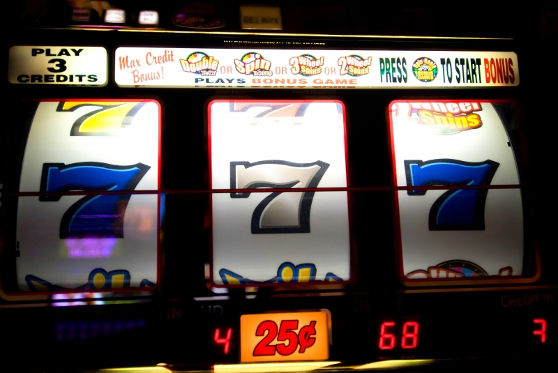 899994-slot-machine-with-7-s